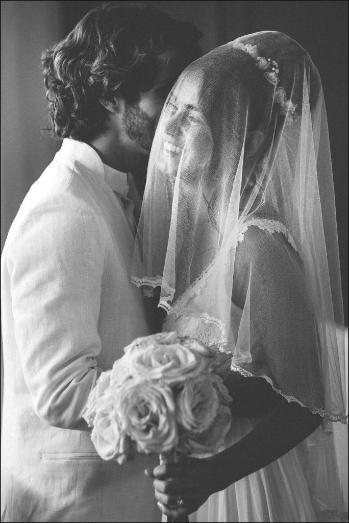Mariage au Rayol Canadel mariée avec voile dans eglise