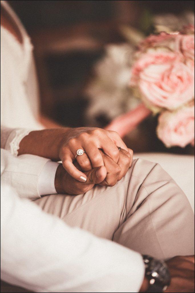 Mariage au Rayol Canadel mains des mariés dans eglise du rayol