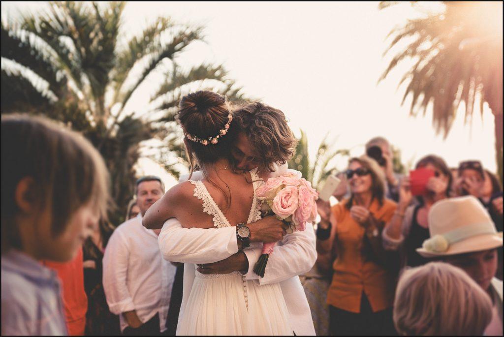 Mariage au Rayol Canadel mariés devant l'eglise du rayol