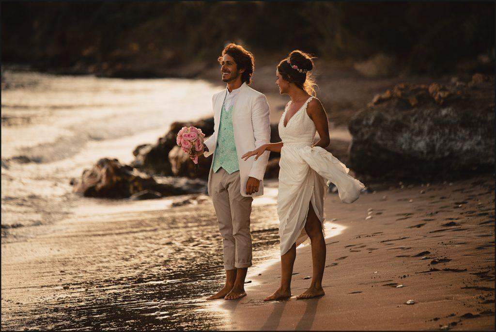 Mariage de folie au Rayol Canadel mariés sur la plage attendent pédalo