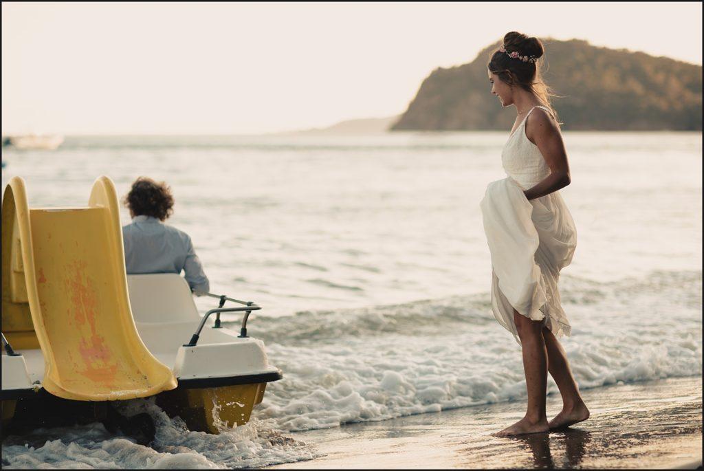 Mariage de folie au Rayol Canadel mariée monte sur pédalo