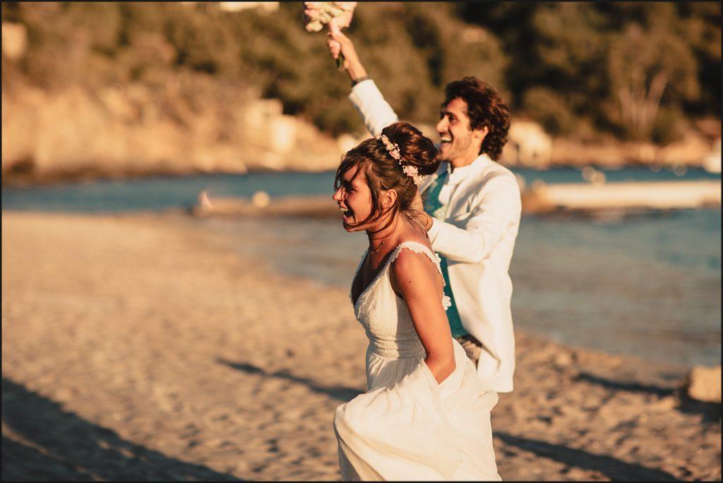 Mariage au Rayol Canadel mariés arrivent sur la plage
