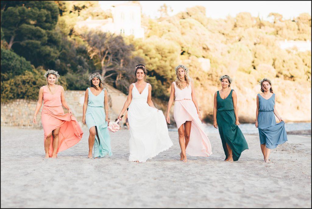 Mariage au Rayol Canadel demoiselles d'honneur marchent dans le sable