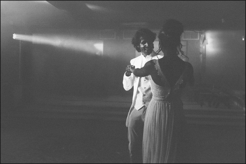 Mariage au Rayol danse des mariés en noir et blanc
