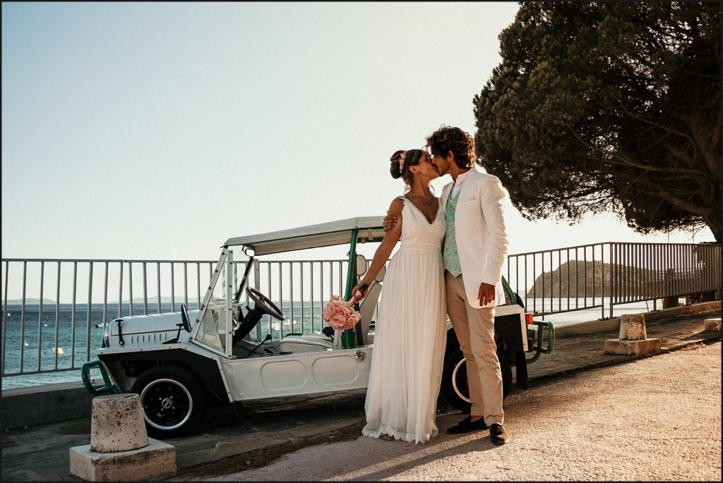 Mariage au Rayol Canadel arrivée mariés au club bisou