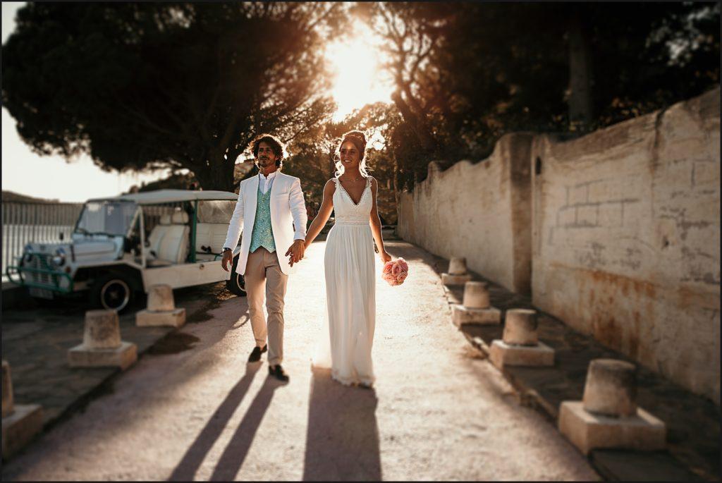 Mariage au Rayol Canadel mariés marchant dans le coucher de soleil