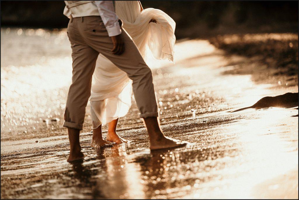 Mariage de folie au Rayol Canadel pieds dans le sable noir plage rayol