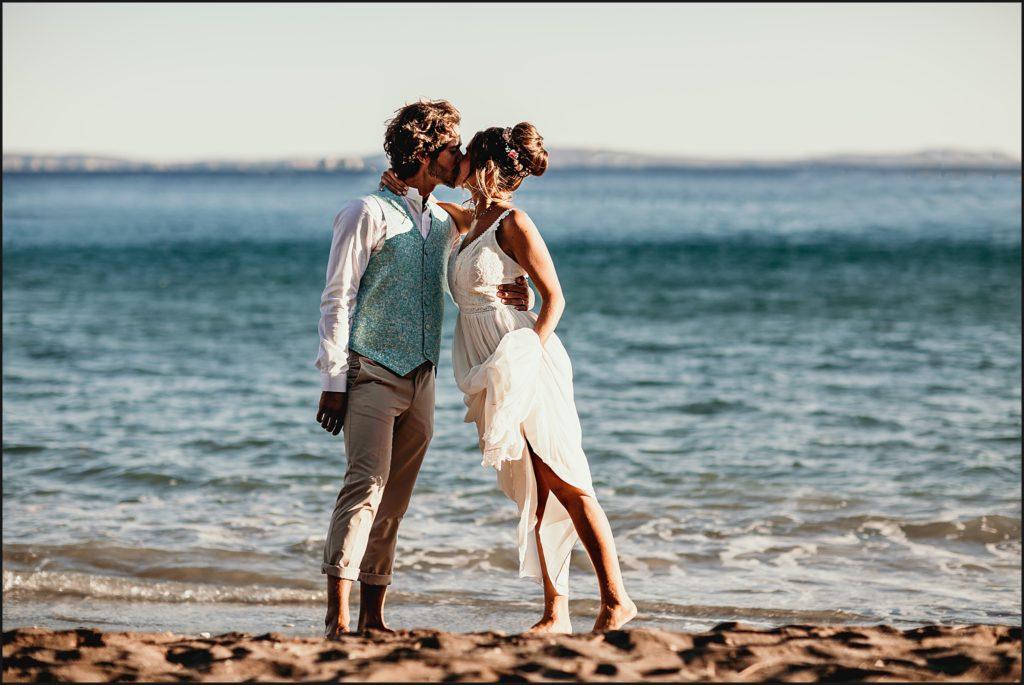 Mariage de folie au Rayol Canadel mariés devant la méditérannée