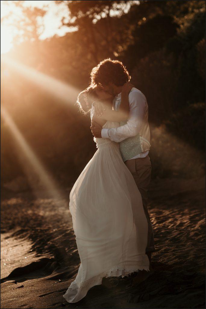 Mariage de folie au Rayol Canadel mariés s'embrassent au coucher de soleil