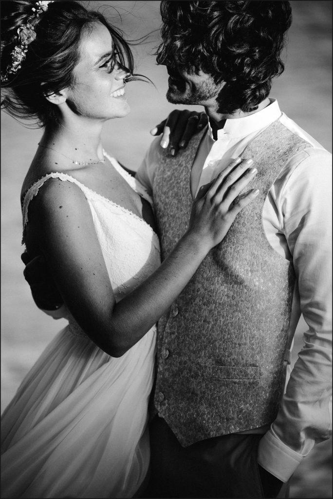 Photographe Mariage Var photo des mariés en noir et blanc sur plage rayol