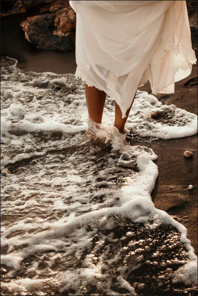 Photographe Mariage Var mariée pieds dans le sable noir plage rayol