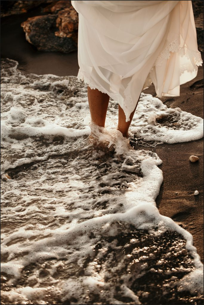 Mariage au Rayol mariée pieds dans l'eau robe christina sfez