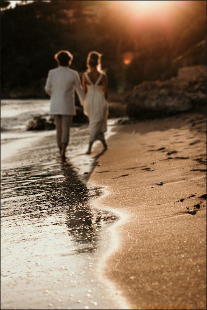 Mariage au Rayol mariés marchent sur la plage au coucher de soleil