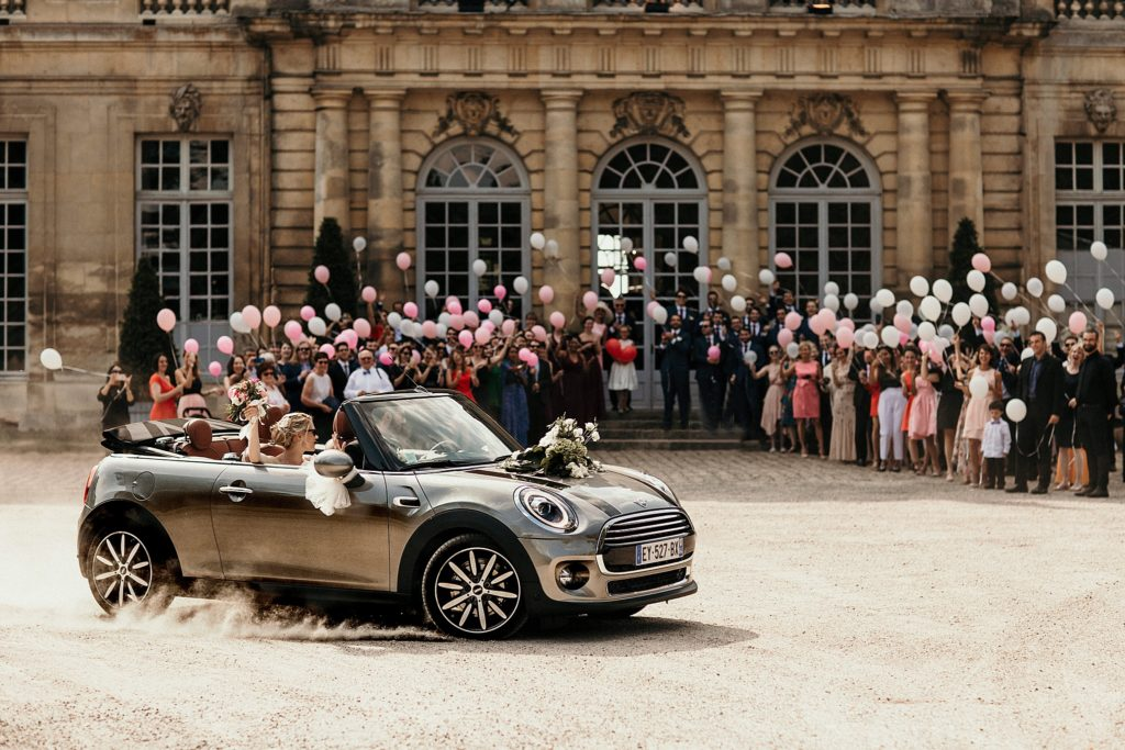 Mariage à Champlâtreux arrivée des mariés en mini