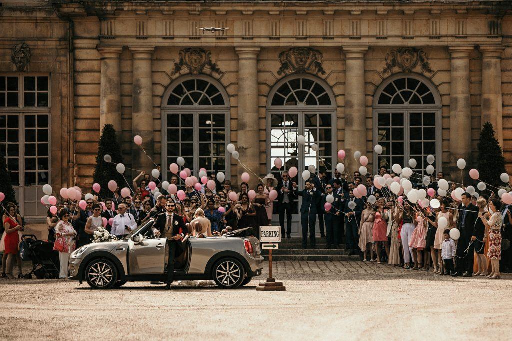Mariage à Champlâtreux lacher de ballons devant chateau