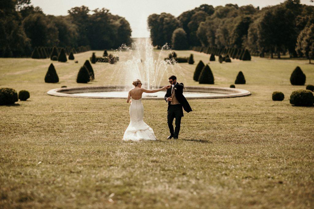 Mariage à Champlâtreux mariés dansent devant fontaine