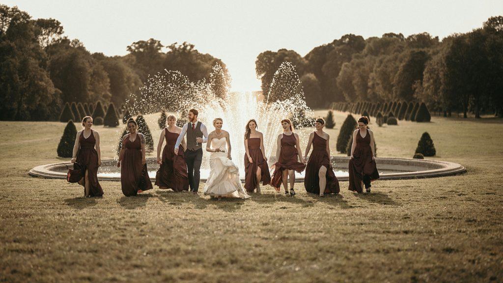 Mariage à Champlâtreux photo des demoiselles d'honneur devant fontaine coucher de soleil