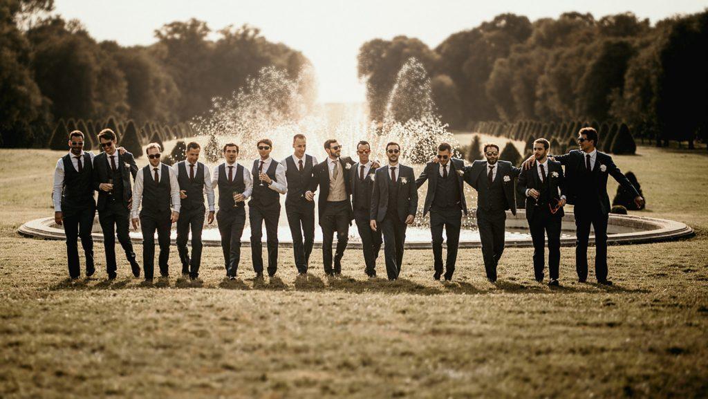 Mariage à Champlâtreux photo des témoins devant fontaine
