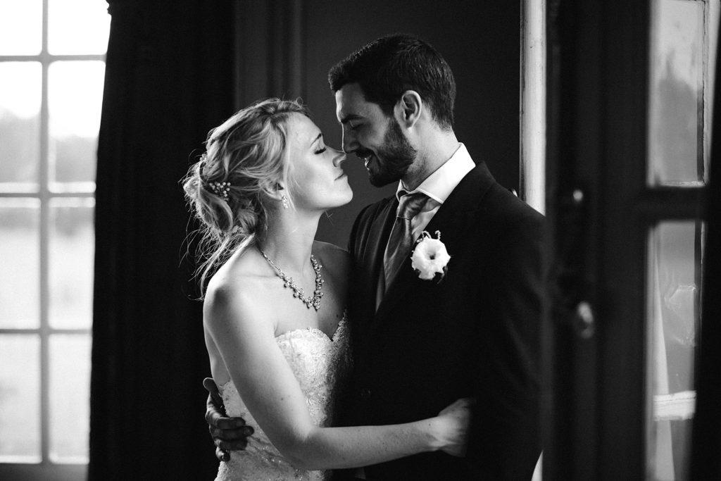 Mariage à Champlâtreux photo des mariés en noir et blanc