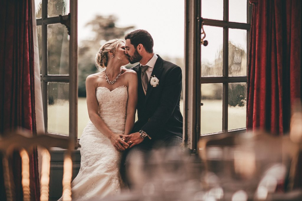 Mariage à Champlâtreux baiser des mariés dans salle de réception