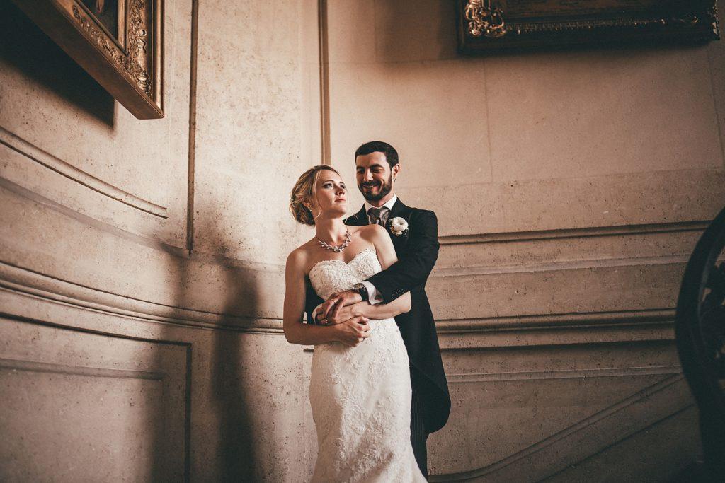 Mariage à Champlâtreux mariés dans escaliers chateau champlatreux