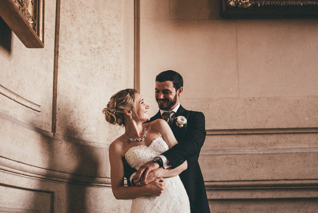 Mariage à Champlâtreux mariés dans escaliers chateau