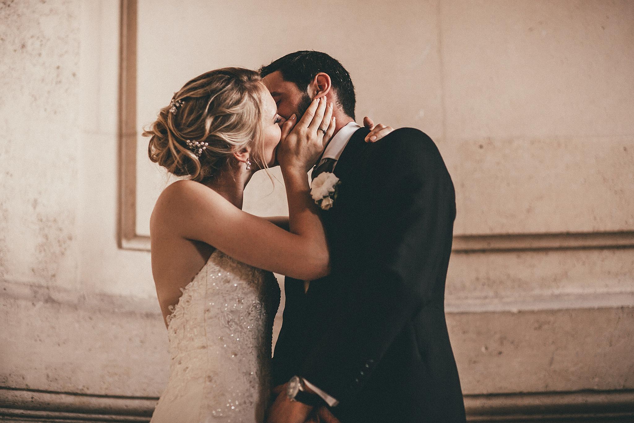 Photographe-Paris-Mariage baiser des mariés photographe oise