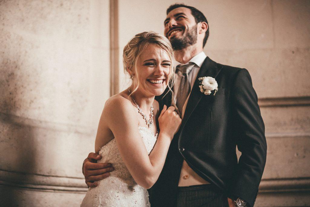 Mariage à Champlâtreux sourire des mariés dans escaliers chateau