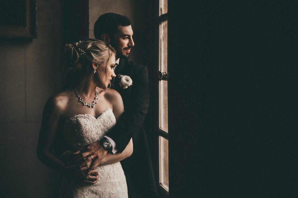 Mariage à Champlâtreux photo des mariés devant fenetre du chateau