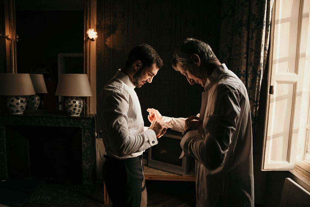 Mariage chic au Château de Champlâtreux préparatifs du marié et son père