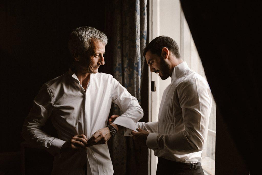 Mariage à Champlâtreux préparatifs du marié et son pere