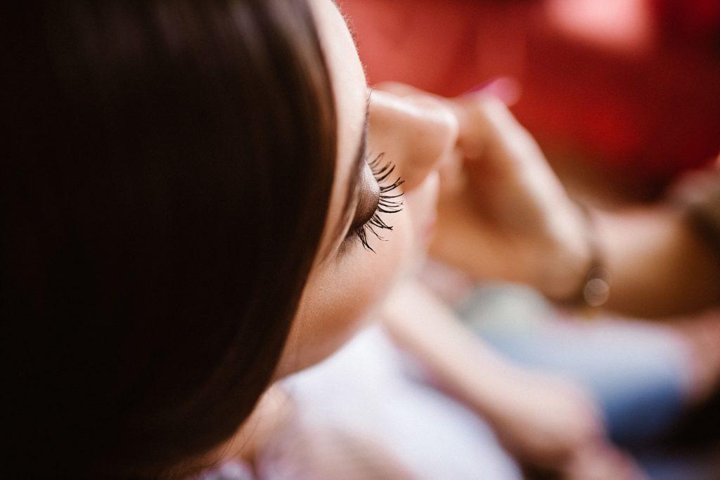 Photographe Mariage Le Mans maquillage de la mariée détail oeil