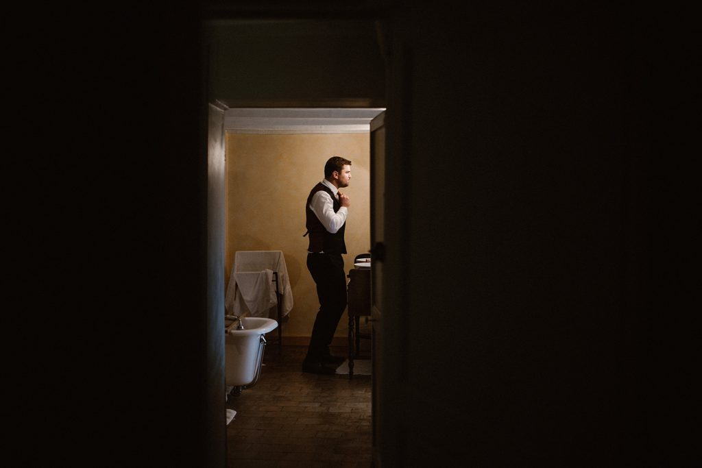 Photographe Mariage Le Mans préparatif du marié dans salle de bain du chateau