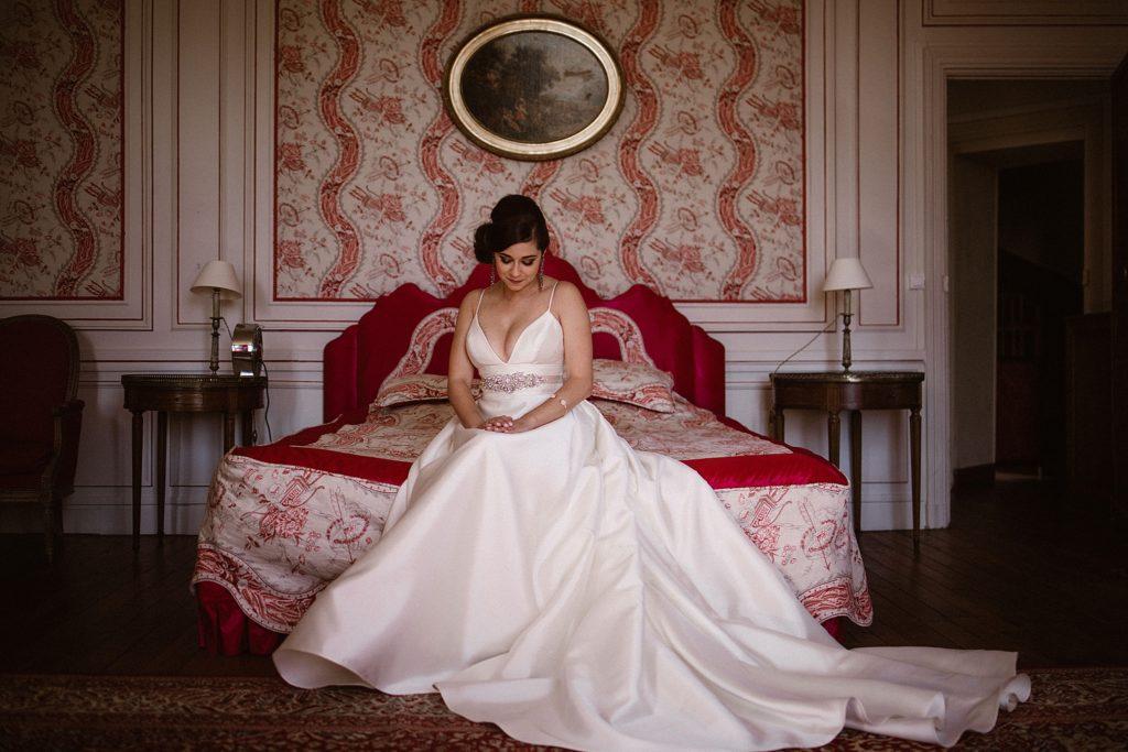 Mariage au Château de Chéronne mariée assise sur son lit