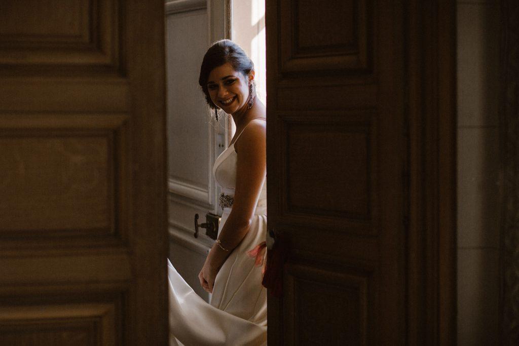 Mariage au Château de Chéronne sourire de la mariée avant cérémonie