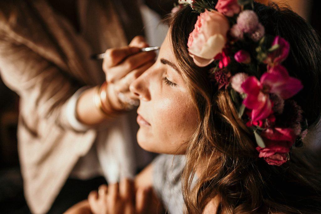 Mariage Ferme Armenon photo de la mariée pendant maquillage