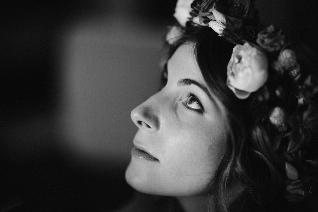 Mariage Ferme Armenon regard de la mariée pendant maquillage noir et blanc