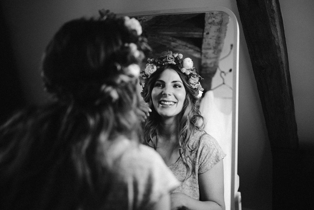 Mariage Ferme Armenon photo de la mariée pendant préparatifs en noir et blanc