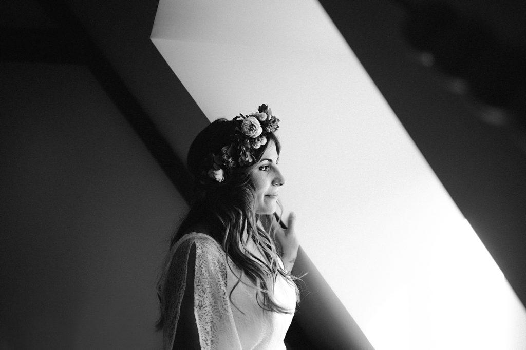 Mariage Ferme Armenon regard de la mariée en noir et blanc