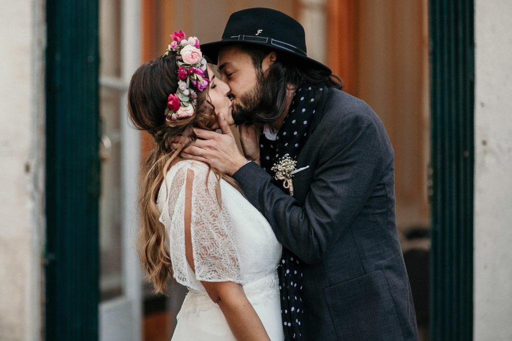 Mariage Ferme Armenon baiser des mariés sortie mairie