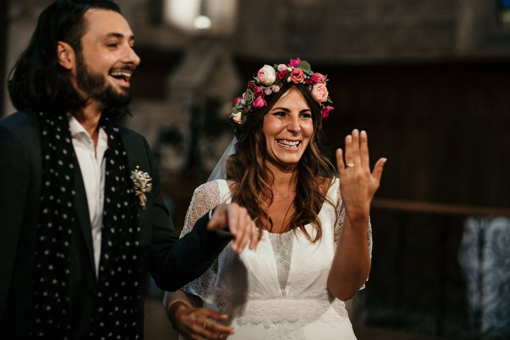 Mariage Ferme Armenon sourire des mariés dans eglise