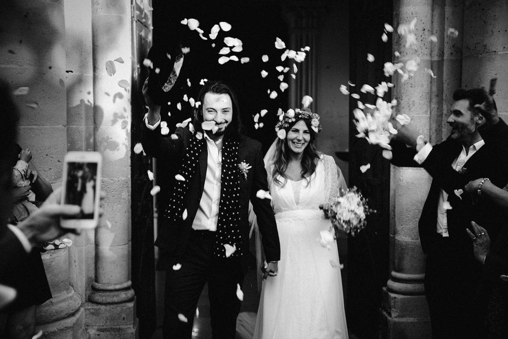 Mariage Ferme Armenon sortie des mariés en noir et blanc