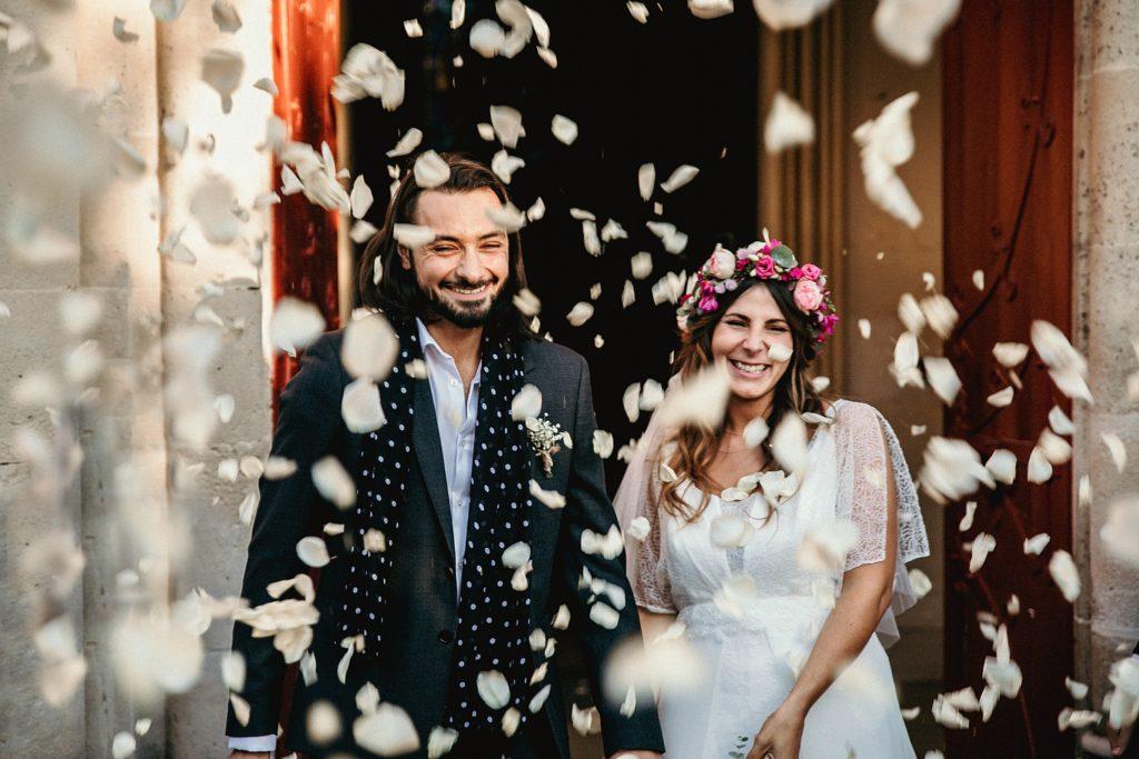 Mariage Ferme Armenon petales a la sortie d'eglise