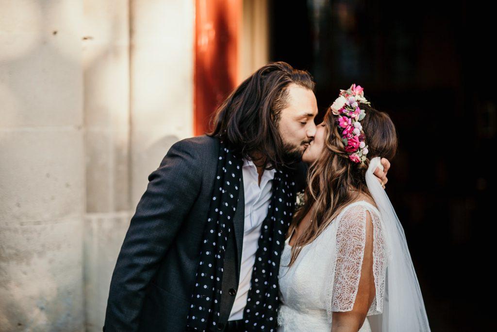 Mariage Ferme Armenon baiser des mariés a la sortie eglise