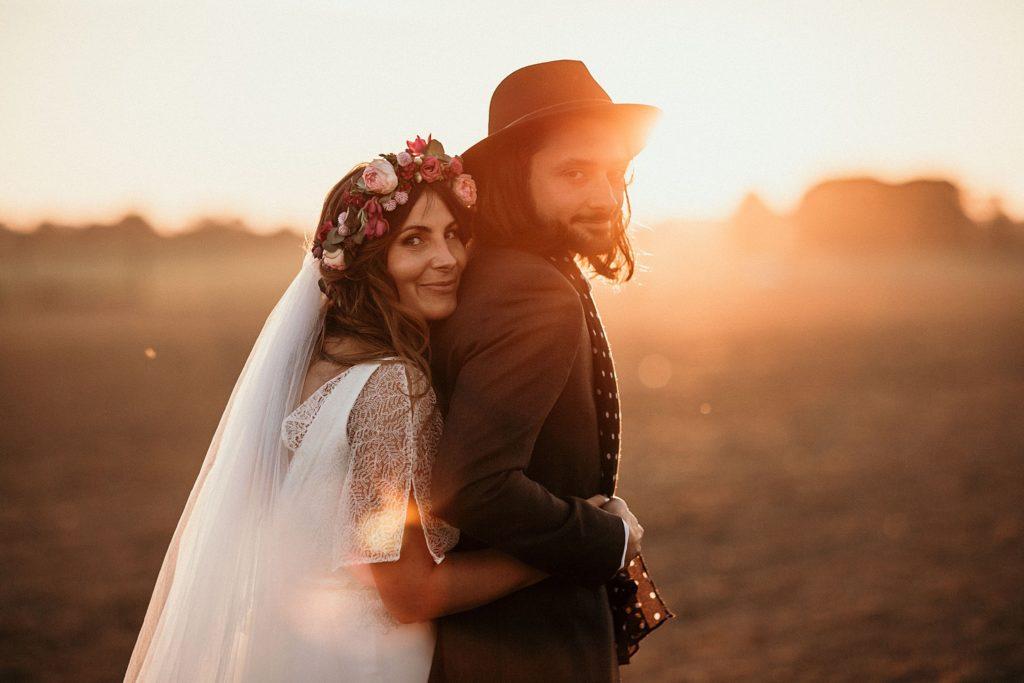 Mariage Ferme Armenon amoureux au soleil couchant