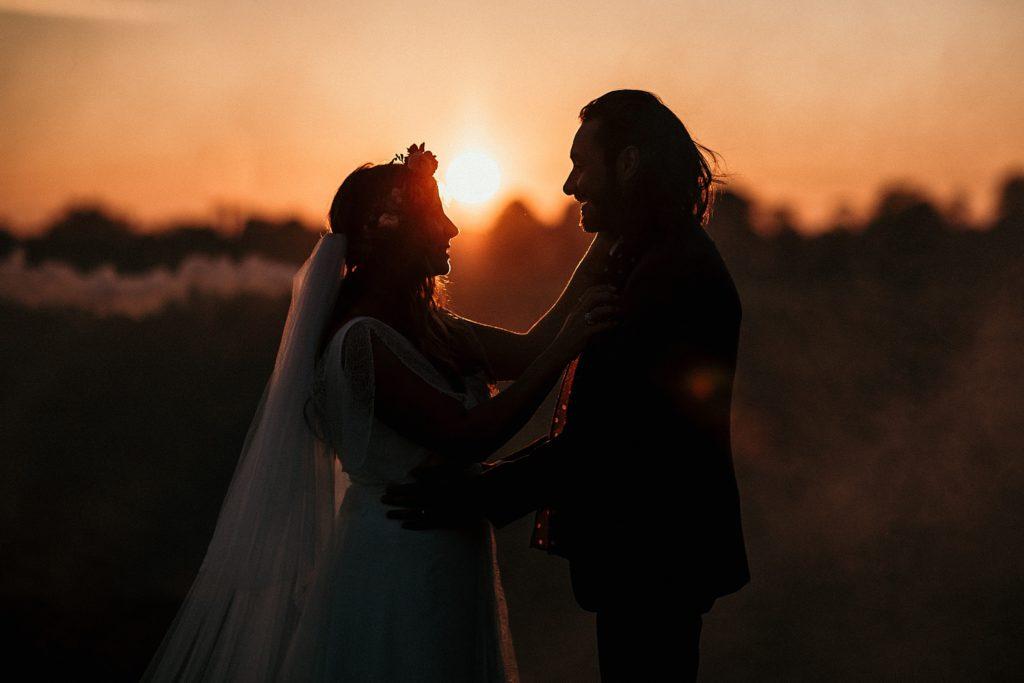 Mariage Ferme Armenon photo de couple en contre jour coucher de soleil