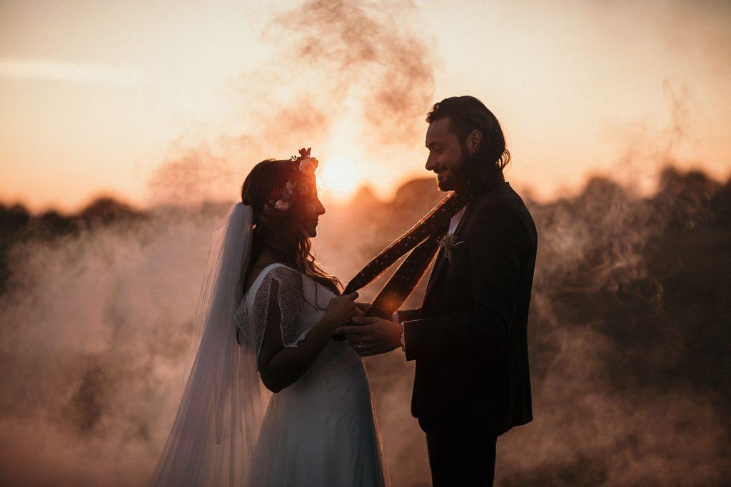 Mariage Ferme Armenon photo des mariés a contre jour