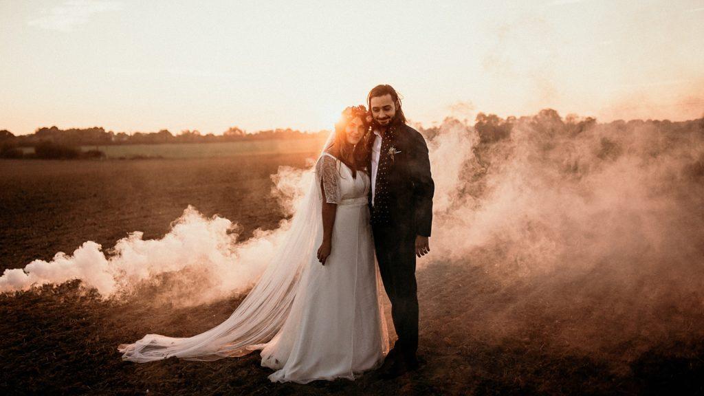Mariage Ferme Armenon lumière du soir pendant séance couple