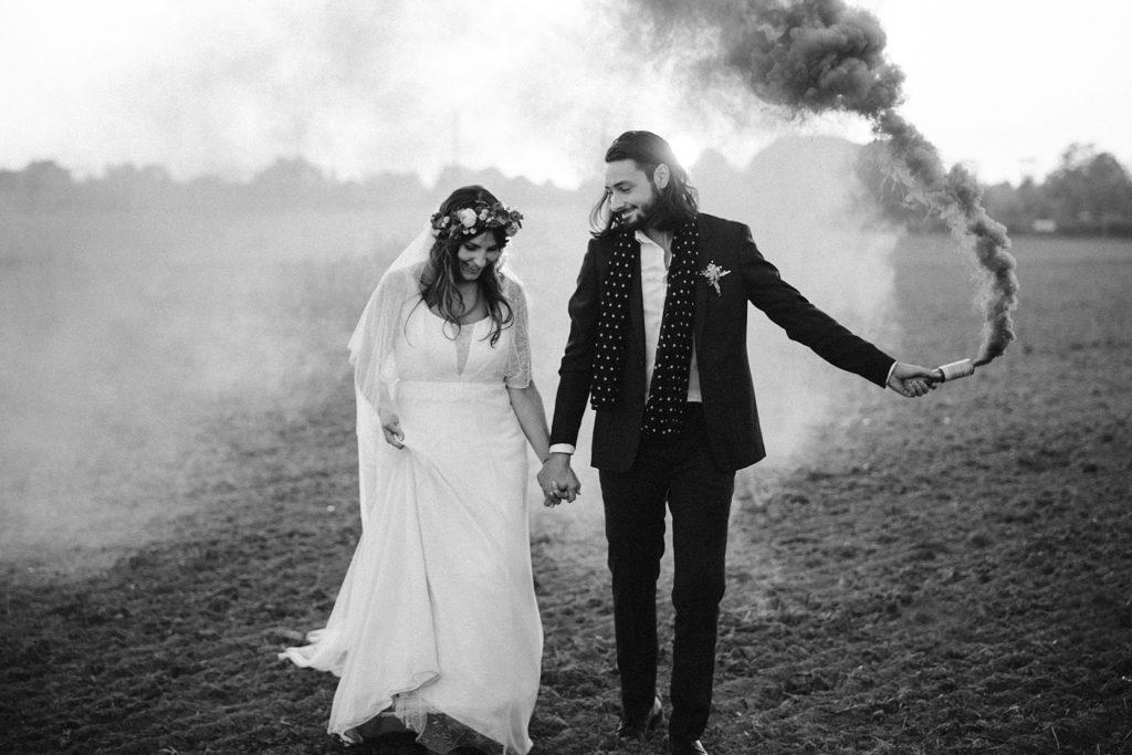 Mariage Ferme Armenon photo de couple en noir et blanc avec fumigenes