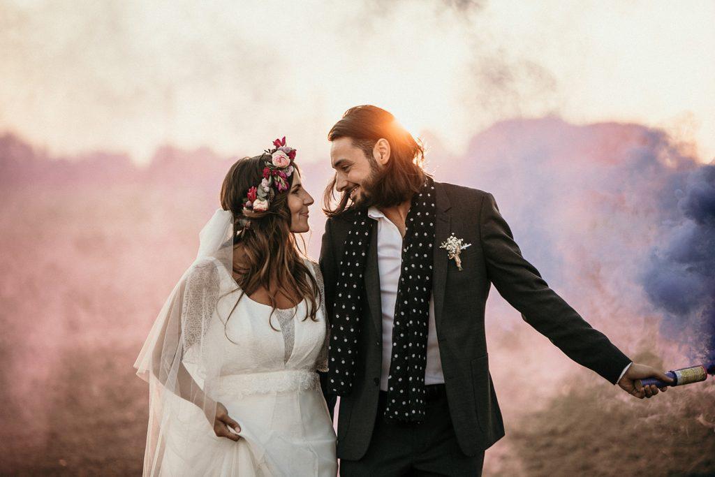 Mariage Ferme Armenon photo de couple cool avec fumigenes